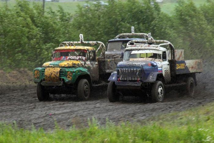 Экстремальные гонки на ретро-грузовиках (27 фото)