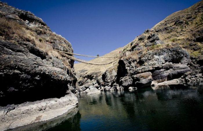 Необычный перуанский подвесной мост, сделанный вручную (22 фото)