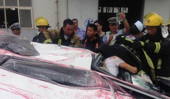Контейнер раздавил легковой автомобиль (9 фото)
