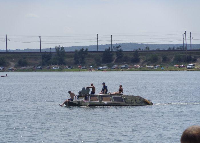 Креативный заработок на озере при помощи БТР (2 фото + видео)