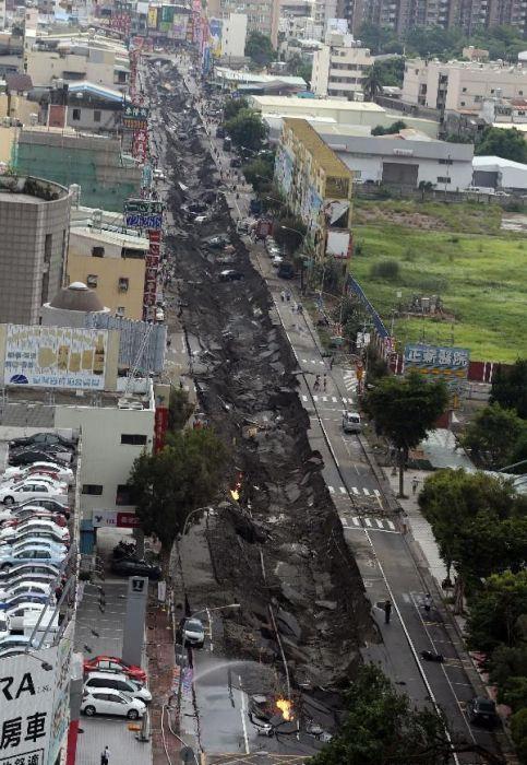 Сокрушительный взрыв из-за утечки газа (17 фото)