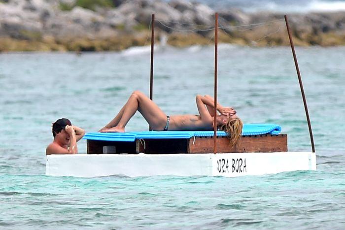Хайди Клум решила позагорать топлес (27 фото)