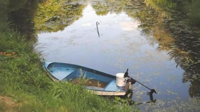 Уронил телефон в озеро (3 фото)