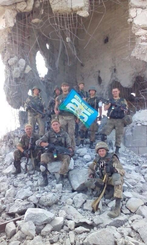 Украинские военные отбили у ополченцев Саур-Могилу (7 фото)