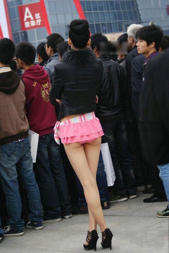 Девушки в мини юбках вид с зади