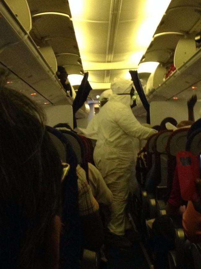 Новая униформа стюардесс в связи с лихорадкой Эбола (2 фото)