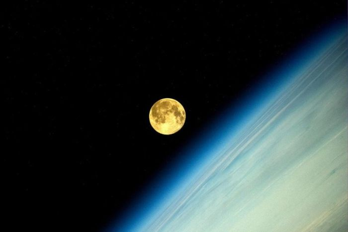 Суперлуние с борта станции МКС (4 фото)