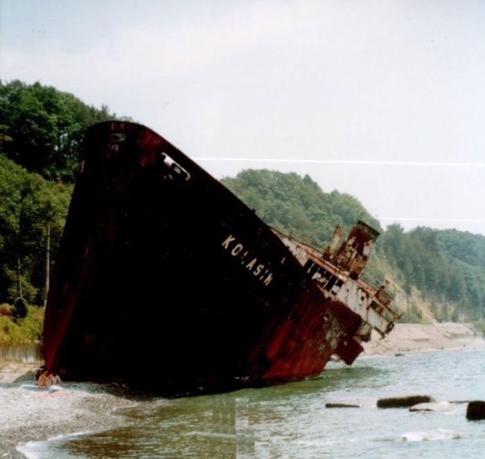 Корабль, потерпевший крушение в 1970-х годах возле Сочи (10 фото)