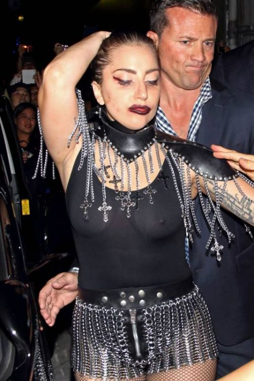 Леди Гага в полупрозрачном наряде (7 фото)