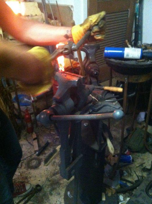 Делаем нож из железнодорожного костыля своими руками (25 фото + видео)