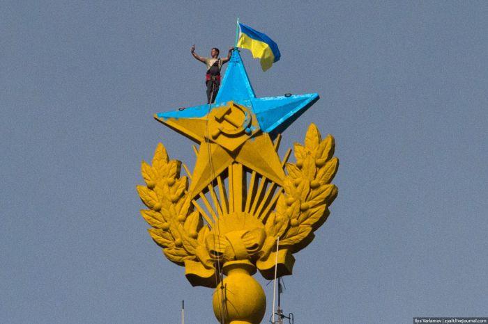 Задержаны альпинисты, раскрасившие звезду на высотке в Москве в сине-желтый цвет (5 фото + 2 видео)