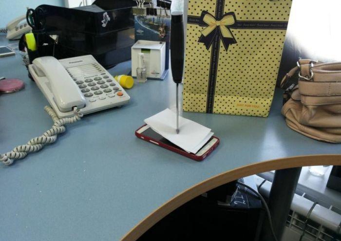 Почему не стоит оставлять свой мобильный телефон на рабочем месте (2 фото)