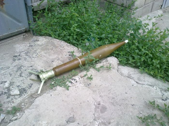 Неразорвавшиеся снаряды на Донбассе (17 фото)