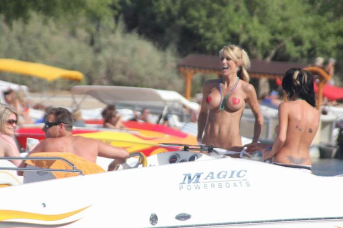 Девушки отдыхают на озере Хавасу только топлес (67 фото)