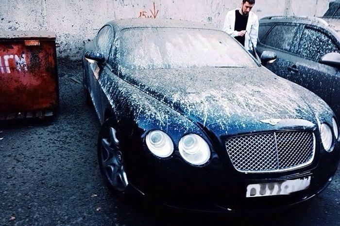 В Москве бетономешалка разгрузила бетон прямо на Bentley (3 фото)