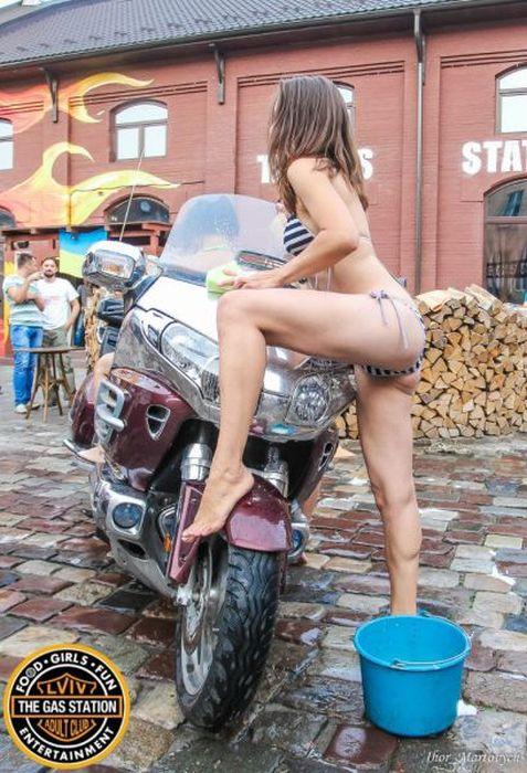 Автомойка в бикини ради благотворительности (60 фото)