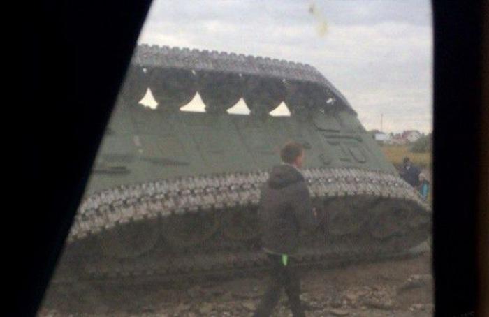Военные умудрились перевернуть танк в Омске (4 фото + видео)