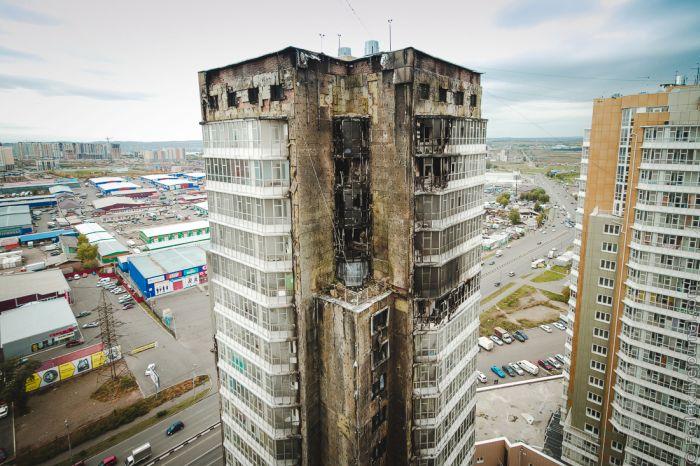 Пожар в новой высотке в Красноярске тушили при помощи вертолетов МЧС (16 фото)