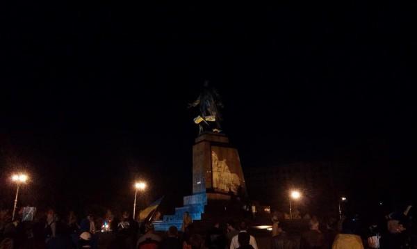 Снос памятника Ленину на площади Свободы в Харькове (16 фото + 2 видео)