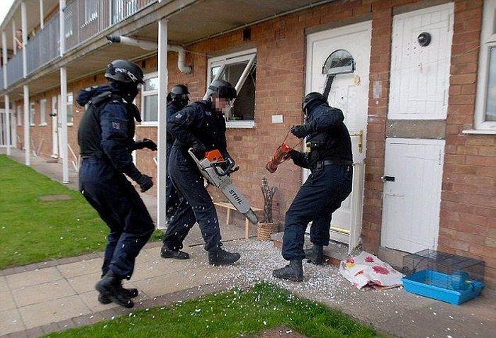 Полицейские из Великобритании не умеют выбивать двери (4 фото)