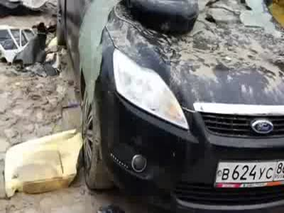 Медведь отомстил охотникам, уничтожив их автомобиль (19.2 мб)