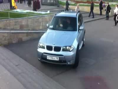Странные действия водителя на внедорожнике BMW (5.4 мб)