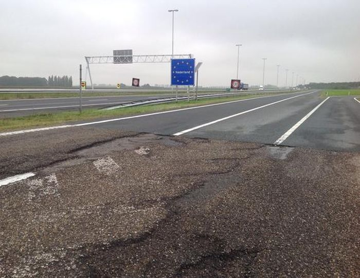 Граница между Голландией и Бельгией (2 фото)