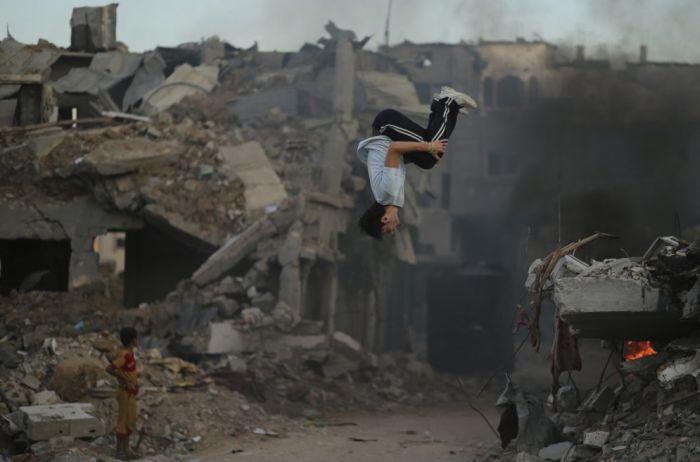 Подростки сектора Газа занимаются паркуром на руинах (10 фото)