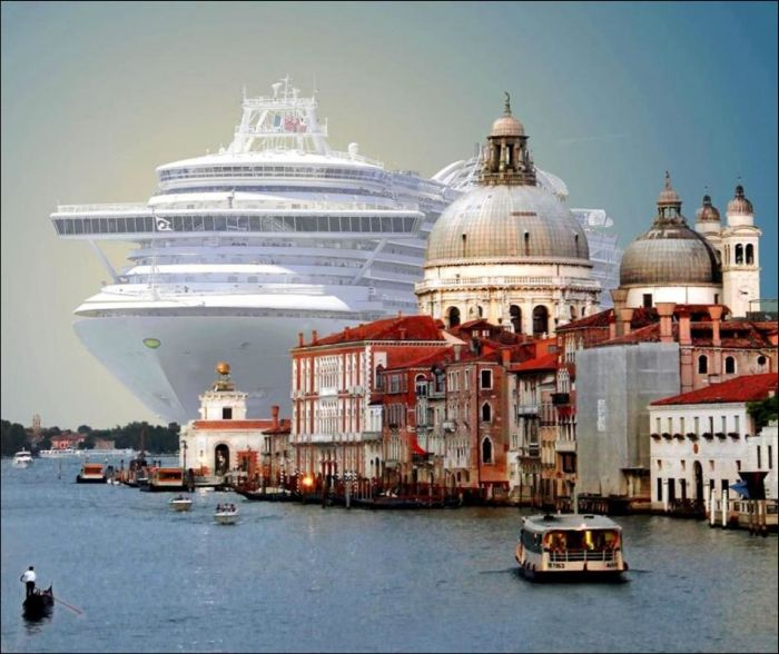 Впечатляющий контраст: огромный круизный лайнер в Венеции (6 фото)