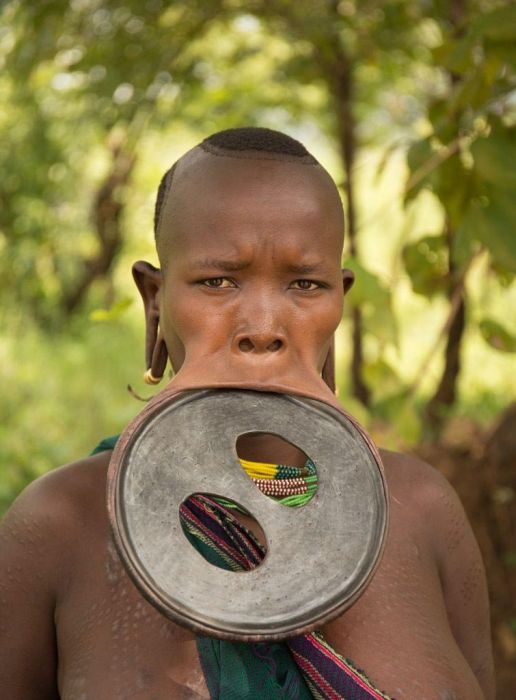 В Эфиопии найдена девушка с самым большим в мире диском в губе (9 фото)