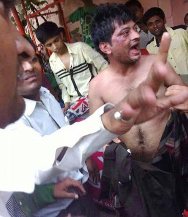 Самосуд по-индийски: насильник попался на горячем (4 фото)