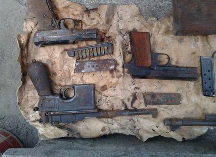 Житель Львова нашел на крыше своего дома скрытый арсенал оружия (4 фото)