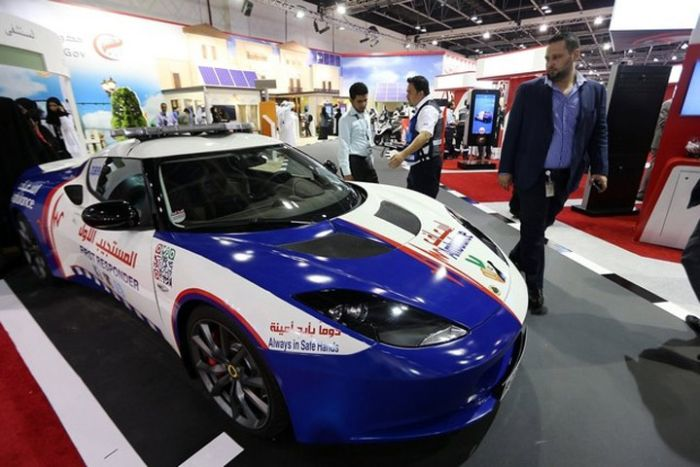 Дубайские медики получили в качестве машин скорой помощи спорткары «Лотус» и «Мустанг» (18 фото)