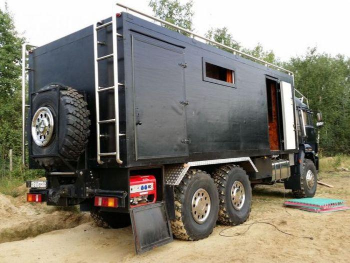 На базе КАМАЗа построили дом на колесах (33 фото)
