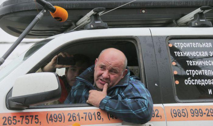 Водитель просидел 20 часов в машине, погруженной на эвакуатор (4 фото + видео)
