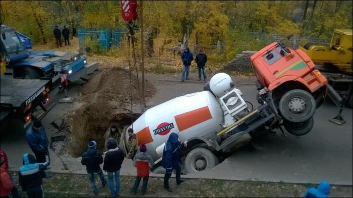 В Воронеже бетономешалка «КАМАЗ» провалилась под асфальт (7 фото)