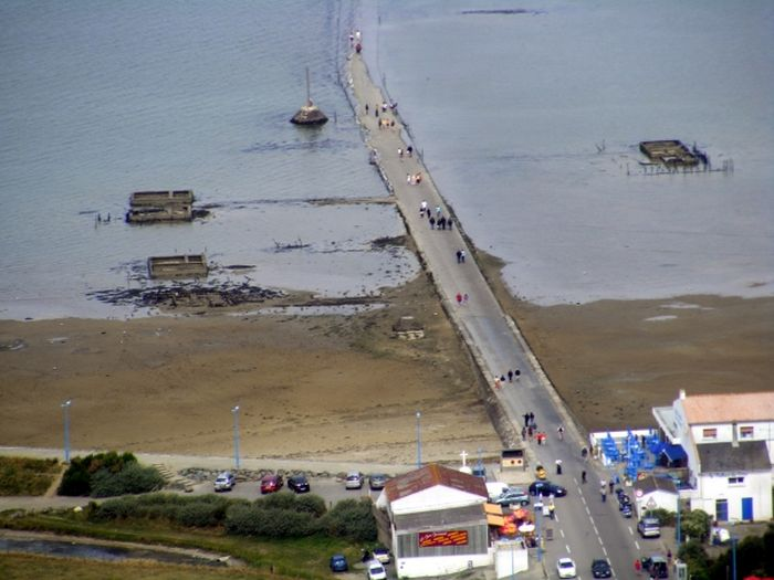 Дорога, проложенная по дну залива (17 фото)