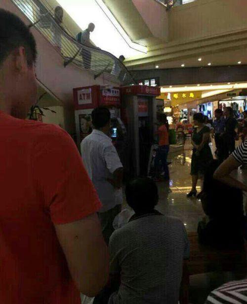 Китаянка устроила расправу над банкоматом (7 фото)