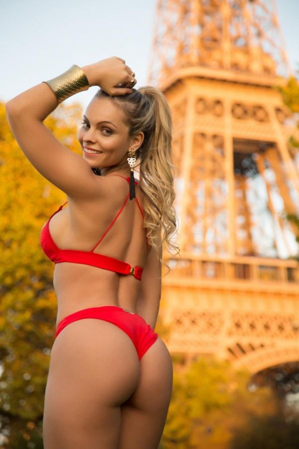 «Мисс бразильская попка» провела интимный фотосет близ Эйфелевой башни (9 фото)