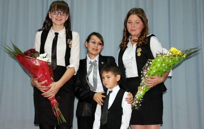 Девятиклассниц наградили медалями МЧС России (6 фото)