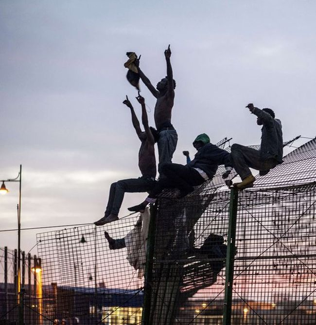 Африканцы на границе с Испанией штурмуют забор (32 фото)