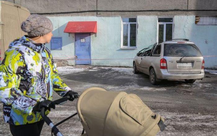 В Красноярске на автомобиль упала 250-килограммовая плита (9 фото)