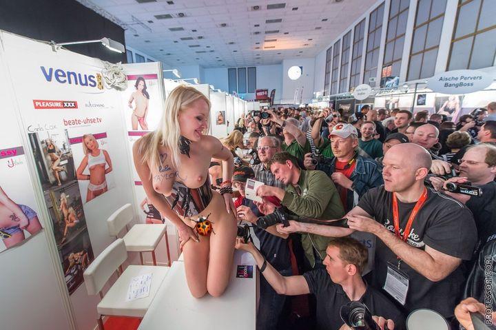В Москве изнасилована Лола Тейлор (Lola Taylor) (15 фото + видео)