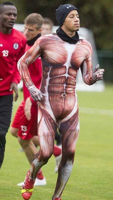 Футболист был наказан тренером (5 фото)