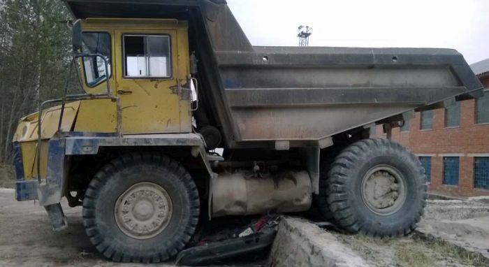 БелАЗ раздавил «Тойоту» (3 фото)