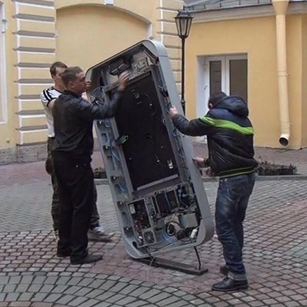 В Санкт-Петербурге демонтировали памятник айфону (4 фото)