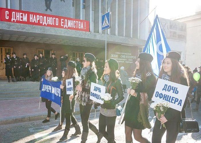 Дочери офицеров на праздничном шествии в Севастополе (8 фото)