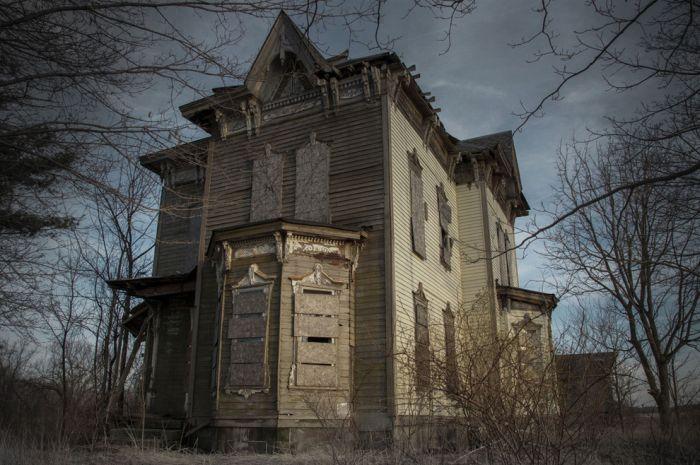 13 заброшенных домов с привидениями (13 фото)