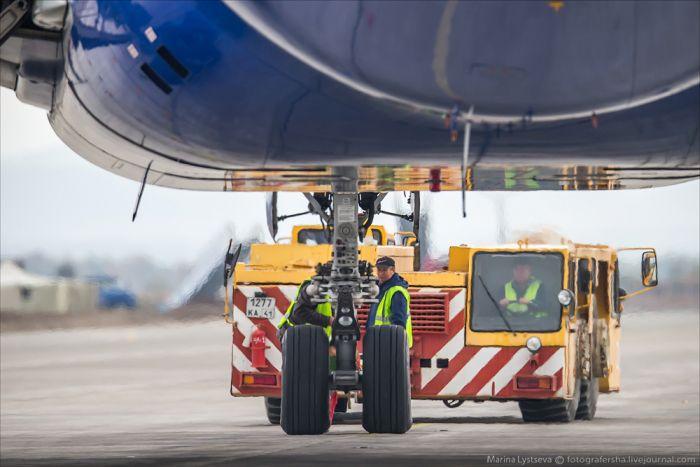 Обслуживание «Боинга-777-200» в аэропорту (32 фото)