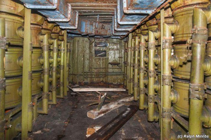 Заброшенный комплекс береговой охраны (42 фото)